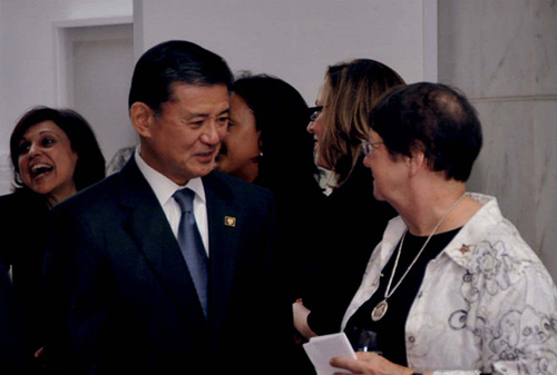 Secretary Shinseki speaking with Forum participants.